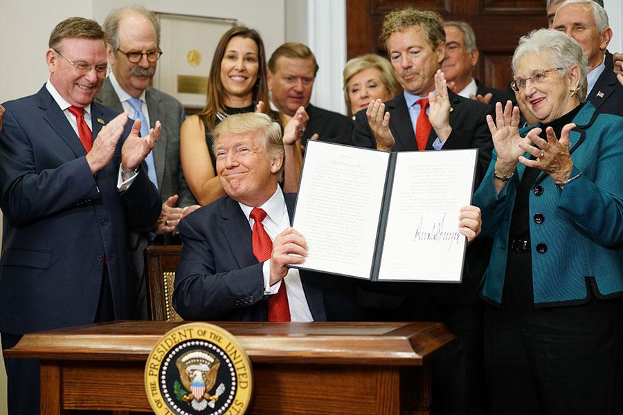 在國會改革健保法的努力陷入停滯之後,特朗普總統周四(10月12日)簽署行政令,允許僱主組團跨州購買健保。(MANDEL NGAN/AFP/Getty Images)