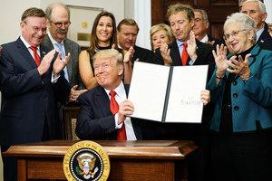 特朗普簽署行政令 數百萬人可跨州低價買健保