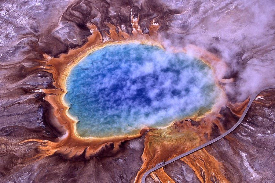 在黃石國家公園及其周邊地區工作的科學家表示,位於黃石公園旅遊景點下的超級火山可能會比預測的時間提早噴發。(維基百科)