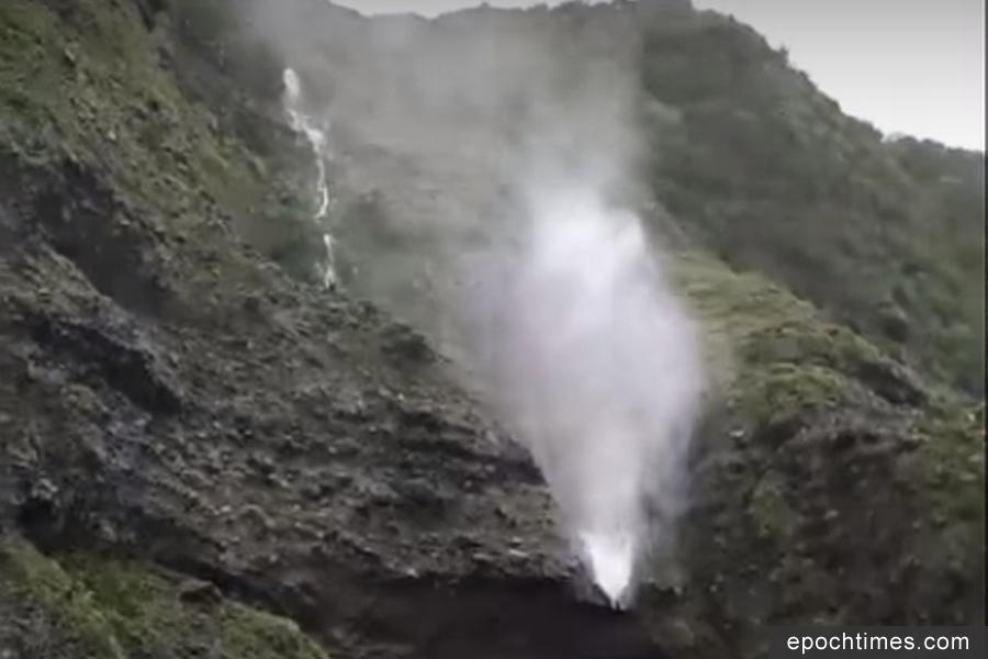 受到颱風和東北季風影響,蘭嶼島風強雨大,山壁上的「時雨瀑」被吹往天空飛,民眾稱奇。(視像擷圖)
