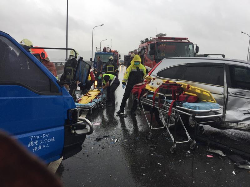 台灣新北市10月12日上午雨勢不斷,台65線快速道路南下5.3公里處9時許發生小貨車打滑撞上休旅車意外,兩名駕駛受傷送醫。(新北市消防局提供)