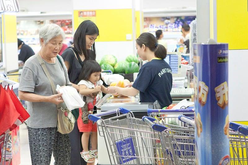 消費者委員會進行年度超市價格調查,涵蓋本港3間大型連鎖超市共200項較受歡迎的貨品,發現去年的貨品總平均售價較2014年上升0.4%。(大紀元資料圖片)