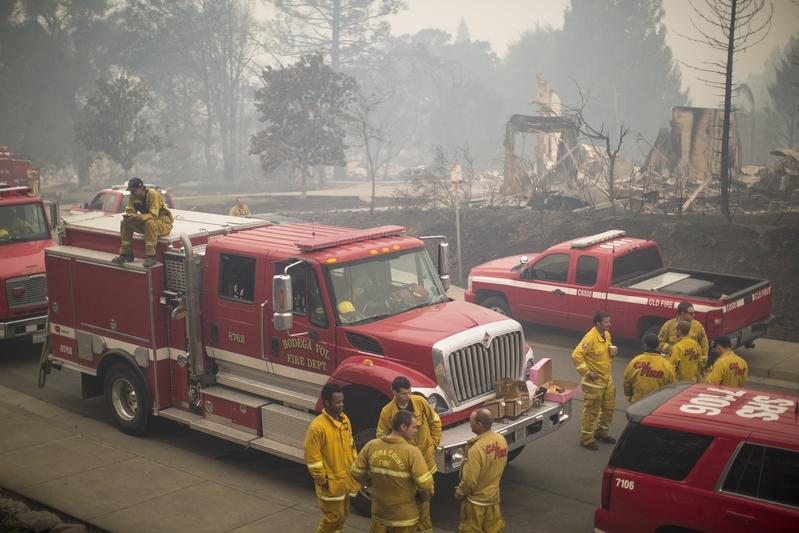 加州發生有史以來最慘重的火災,已造成21人死亡、近3000人失聯,至少3500棟建築物燒毀。圖為2017年10月10日,加州聖塔羅莎,當地許多消防隊員前往救火。(David McNew/Getty Images)