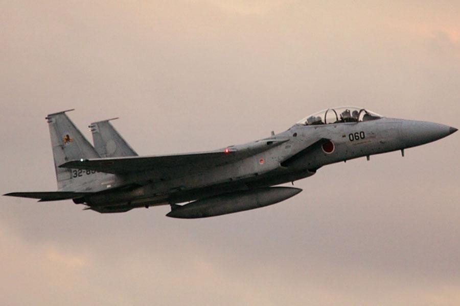 圖為日本航空自衛隊的F-15執行空中巡邏。(AFP PHOTO/Kazuhiro NOGI)