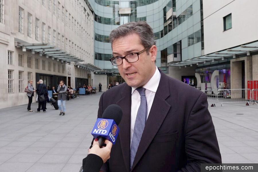 英保守黨人權委員會副主席羅哲斯被香港遣返回英國後,在倫敦接受大紀元及新唐人記者採訪。(舒雅/大紀元)