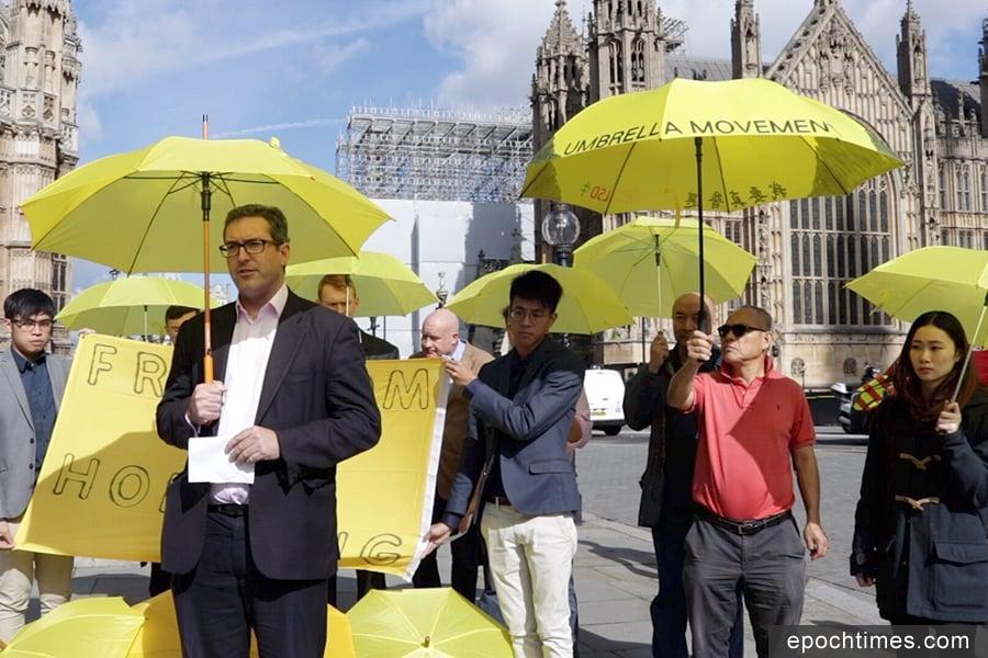 2017年9月28日,英國議會大廈前,羅哲斯(前左一)在香港雨傘運動三周年集會上發言。(舒雅/大紀元)
