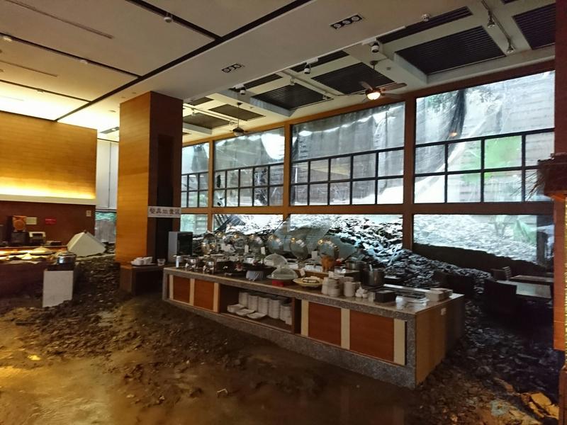 東北風及颱風外圍環流交互作用形成共伴效應帶來雨勢,台東地區大雨不斷,知本富野渡假村14日遭土石流襲擊,餐廳內佈滿土石。業者表示,考量顧客安全,飯店暫停營業一天。(中央社)