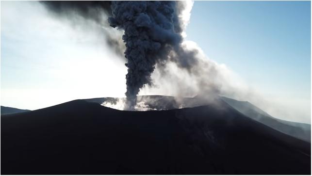 日本新燃岳火山再噴發 濃煙衝上2300米高空