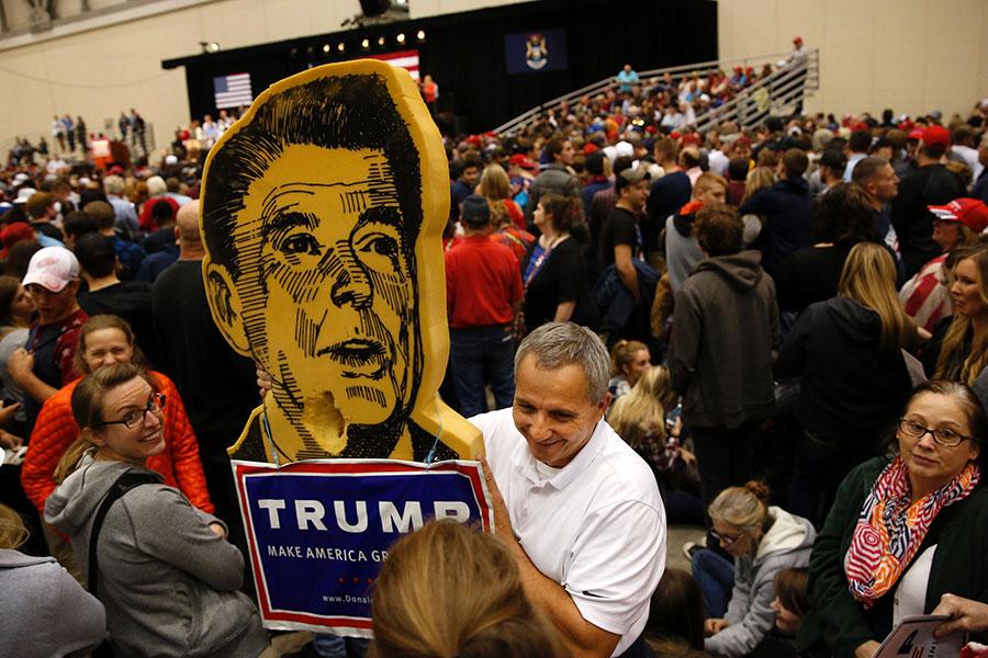 美國前列根總統教育部長貝納特博士(Bill Bennett)13日在「價值取向選民峰會」(Values Voter Summit)上表示,本屆特朗普內閣比列根政府更保守,為美國帶來希望。圖為2016年11月7日的美國大選前夜,密西根州支持特朗普的選民在集會中。(JEFF KOWALSKY/AFP/Getty Images)