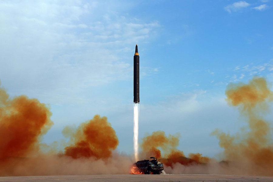 圖為北韓官媒朝中社在9月16日發佈的導彈試射圖片。(STR/AFP/Getty Images)