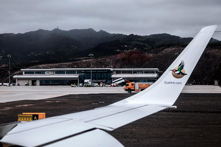 首航班機降落聖海倫娜島 遊客激動落淚