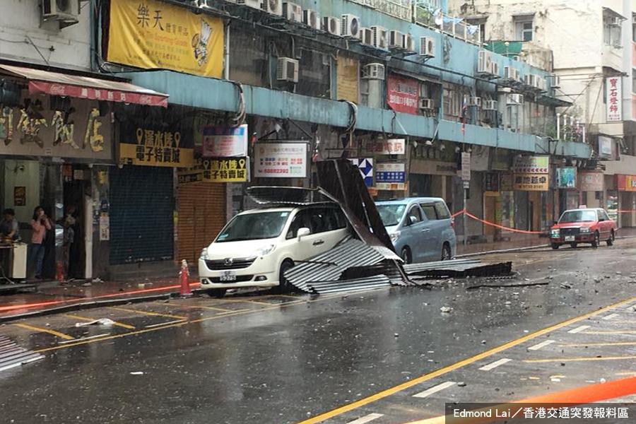 今天下午約1時半,深水埗黃金電腦商場對開的福華街150號,一幅鋅鐵簷篷疑不敵強風吹襲,從高處墮下,擊中停泊在路邊的兩輛私家車。(Edmond Lai/香港交通突發報料區)