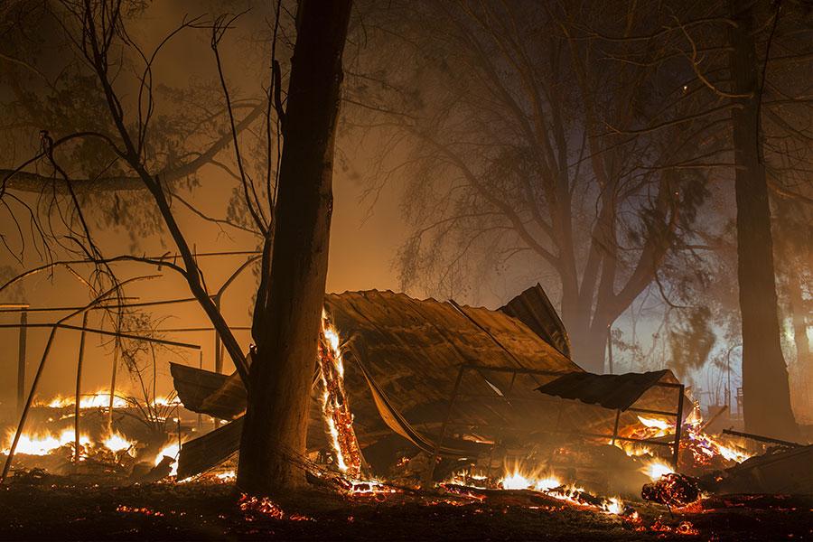 美國加州索諾馬縣山區山火延燒至今已造成34人死亡、數百人失蹤,由於氣象局預測又有強風降臨,當局於10月14日再度強制撤離數千人。(David McNew/Getty Images)