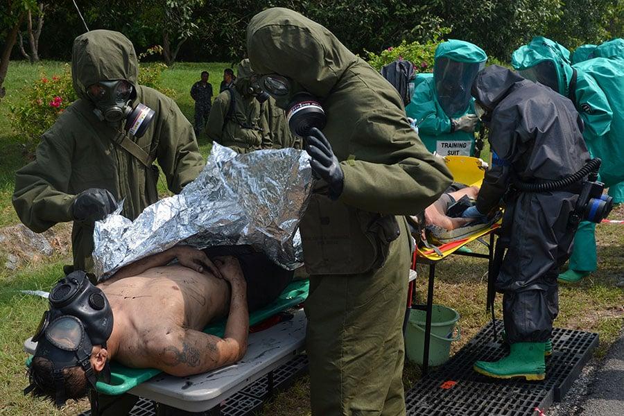 南韓媒體報道說,一名在今年投奔南韓的北韓士兵身上帶有炭疽病抗體,這引發外界對北韓發展生物武器的擔憂。圖為美軍模擬遭到生化武器攻擊的演習。(PORNCHAI KITTIWONGSAKUL/AFP/Getty Images)