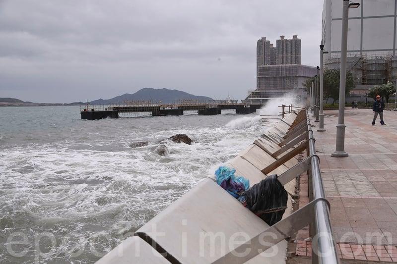 強颱風「卡努」吹襲期間,政府未有收到水浸或山泥傾瀉報告,岸邊間中有浪花拍打上岸。(余鋼/大紀元)