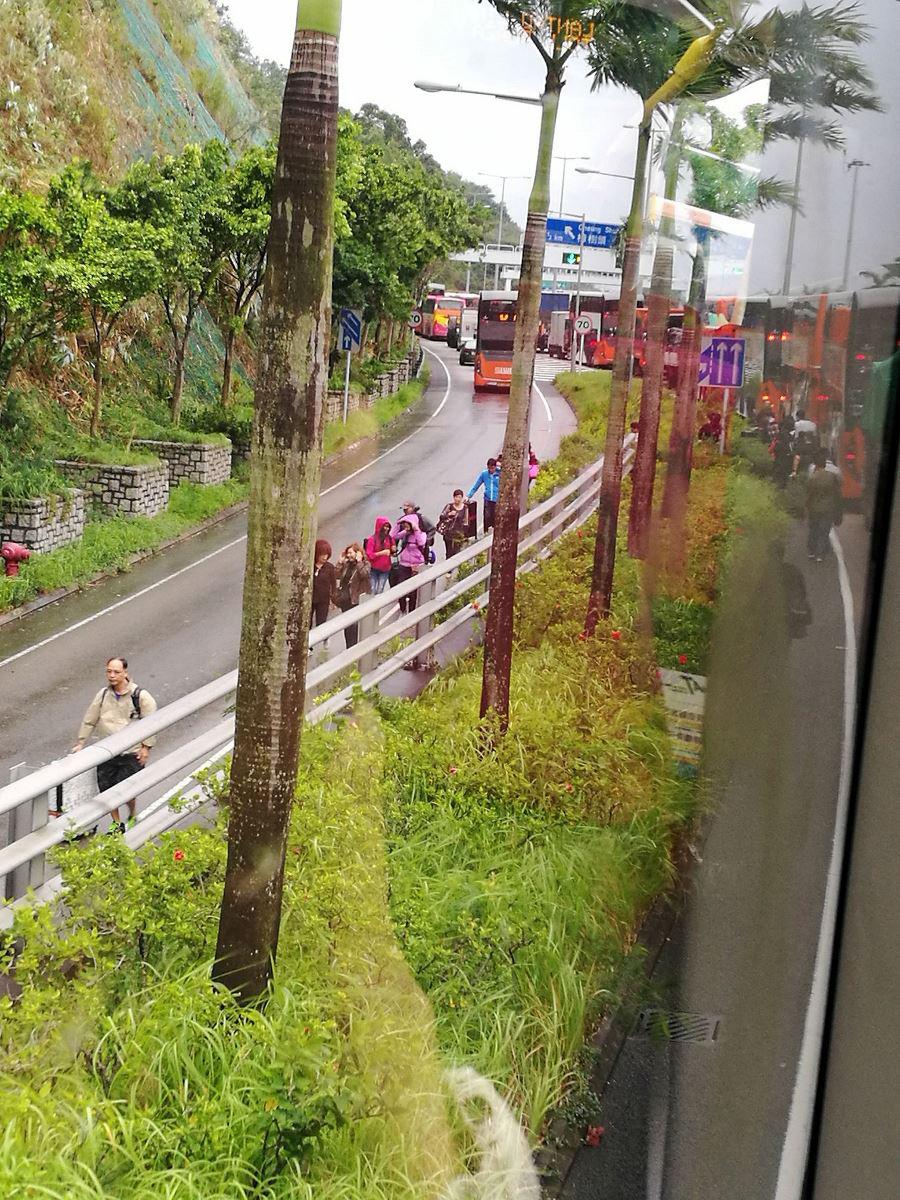 青嶼幹線實施臨時交通措施期間一度嚴重擠塞,有前往機場的乘客索性下車,拖行李步行離開。(James Wong、香港突發事故報料區)
