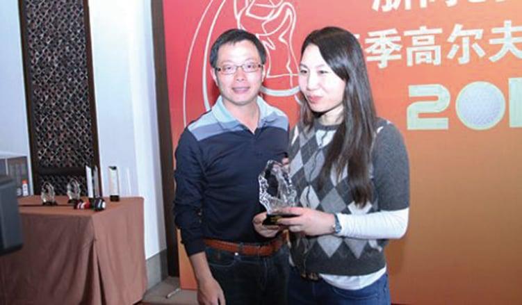 孫茜(右)參加浙商創投盃2012春季高爾夫邀請賽,獲女子「總桿季軍」。(網絡照片)