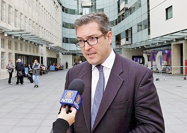 英國保守黨人權委員會副主席羅哲斯被香港遣返回英國後,在倫敦接受《大紀元》及新唐人電視台記者採訪時表示,香港的「一國兩制」正步向死亡。(舒雅/大紀元)