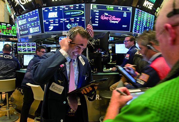 星期五(13日)美股收紅,道指、標普500指數連續五周上漲,納斯達克指數再創新高。(Getty Images)