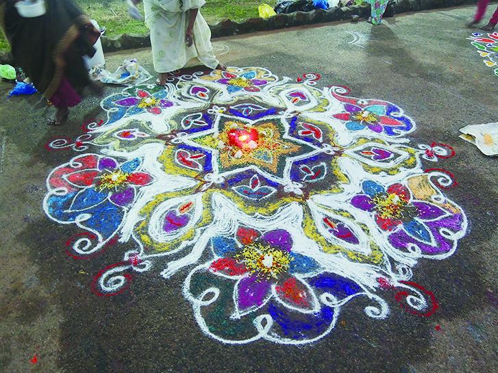 Rangoli是印度傳統習俗,常見於家門口作為歡迎之意,節慶時則會畫上更加繁複美麗的版本。(鄭芝薇提供)