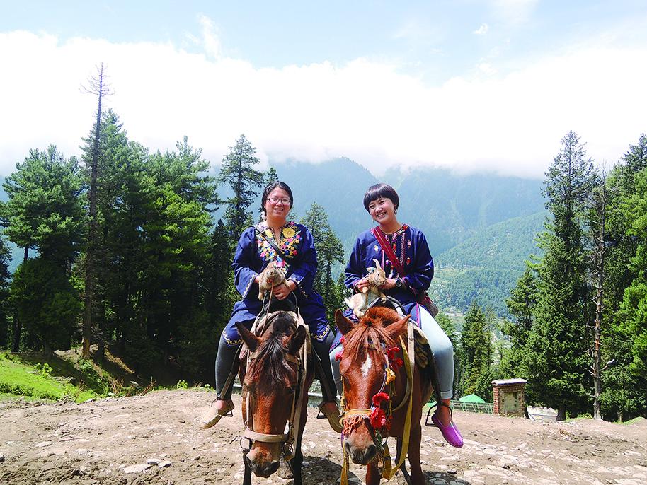喀什米爾位處喜馬拉雅山脈,擁有許多壯麗美景,旅客可在當地騎乘馬匹一覽風景。(鄭芝薇提供)