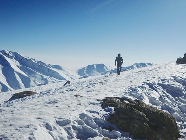喀什米爾位處喜馬拉雅山脈,許多山頭長年積雪,景色壯麗。(鄭芝薇提供)