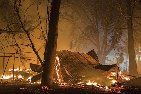 美國加州索諾馬縣山區野火延燒至今已造成34人死亡、數百人失蹤,由於氣象局預測又有強風降臨,當局於10月14日再度強制撤離數千人。(Getty Images)