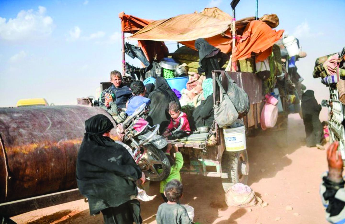 2017年10月2日,從德伊爾·埃佐市流離失所的敘利亞人聚集在拉卡郊外。(AFP)