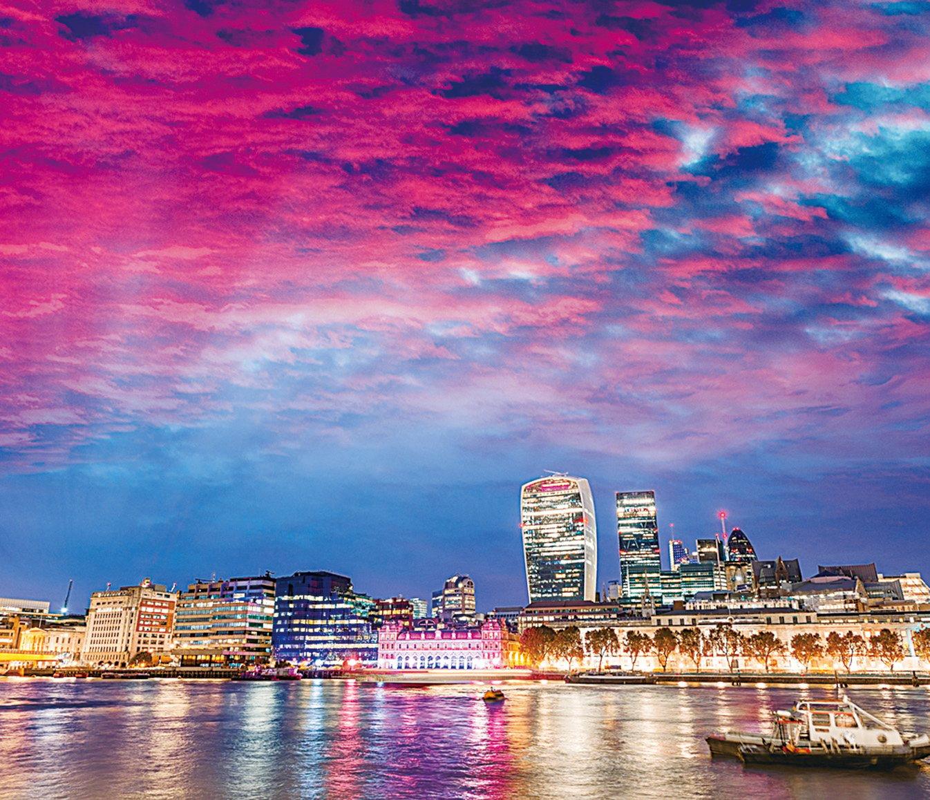 日落時倫敦的金絲雀碼頭以及周邊的建築物。(Depositphotos)