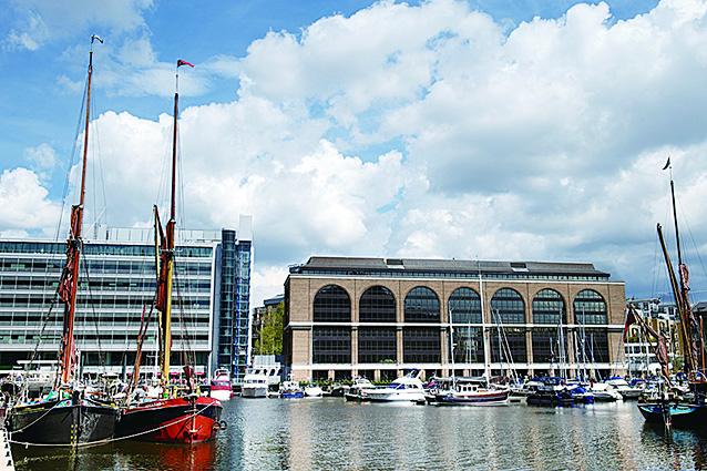 在沃平,木製帆船、現代化高樓大廈、遊艇船舶遙相輝映的凱瑟琳碼頭。(Depositphotos)