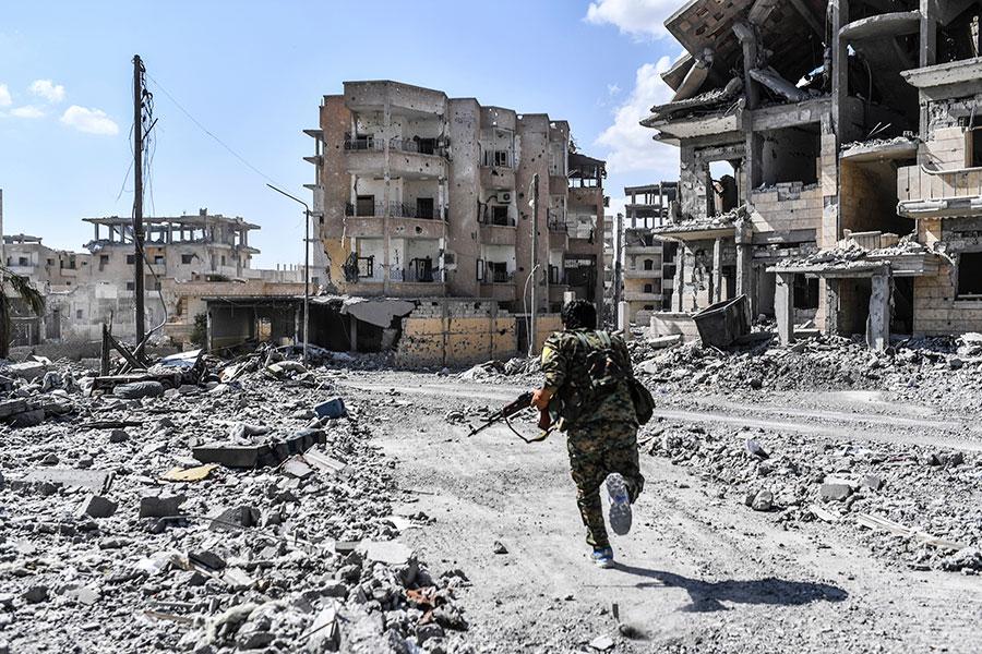 周日(10月15日),美國支持的敘利亞盟軍已經在拉卡對殘餘伊斯蘭國恐怖組織(IS)武裝份子發動最後階段戰鬥。(B ULENT KILIC/AFP/Getty Images)
