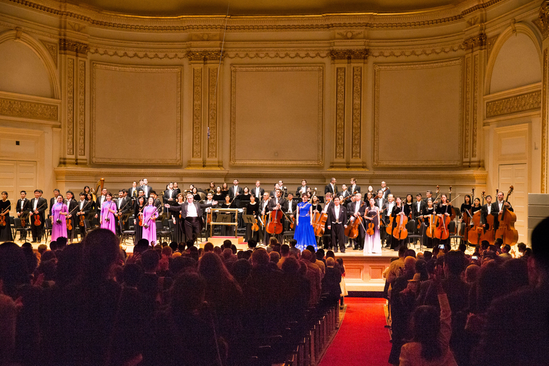 10月14日晚,紐約卡內基大廳(Carnegie Hall)主廳,神韻交響樂團演出謝幕,全場觀眾起立鼓掌。(戴兵/大紀元)