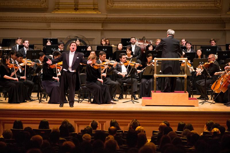 10月14日晚間,神韻交響樂的天籟之音在卡內基大廳(Carnegie Hall)響起,紐約主流觀眾欣賞了一場頂級音樂盛宴。圖為男高音歌唱家天歌在演唱。(戴兵/大紀元)
