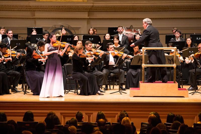 10月14日晚間,神韻交響樂的天籟之音在卡內基大廳(Carnegie Hall)響起,紐約主流觀眾欣賞了一場頂級音樂盛宴。圖為小提琴演奏家鄭媛慧在演奏。(戴兵/大紀元)