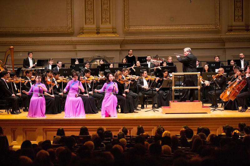 10月14日晚間,神韻交響樂的天籟之音在卡內基大廳(Carnegie Hall)響起,紐約主流觀眾欣賞了一場頂級音樂盛宴。圖為二胡演奏家戚曉春、孫璐與王真的演出。(戴兵/大紀元)