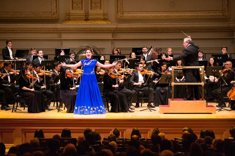 10月14日晚間,神韻交響樂的天籟之音在卡內基大廳(Carnegie Hall)響起,紐約主流觀眾欣賞了一場頂級音樂盛宴。圖為女高音歌唱家耿皓藍的演出。(戴兵/大紀元)