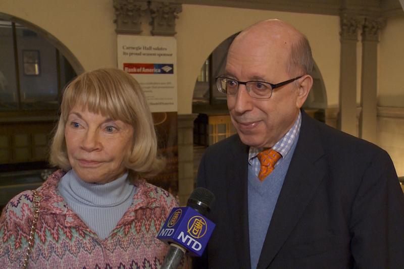 前電視新聞女主播Kristi Witker與友人Bob Kandel於10月14日晚在紐約卡內基音樂廳欣賞了神韻交響樂團的演出。(新唐人電視台)
