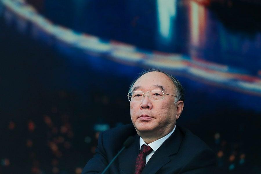 黃奇帆11月16日演講時,提出外匯儲備應由財政部管理,而不是央行獨自管理,遭到同台央行研究局局長徐忠的反駁。(Lintao Zhang/Getty Images)