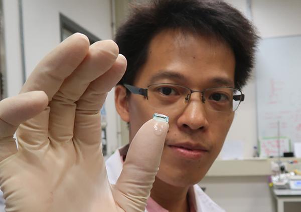 中大生物醫學工程學系博士後研究員韋孔昌博士展示水凝膠在受壓之後迅速恢復原狀。(中大提供)