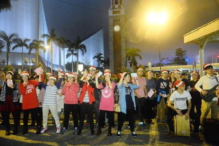 有基督徒在天星碼頭唱聖詩傳福音,氣氛高漲。(宋祥龍/大紀元)