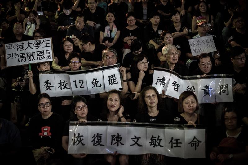 香港大學學生會、教師職員會等多個團體約4千人,在香港大學校園內集會,抗議校委會否決任命前法律學院院長陳文敏出任副校長(學術及人事資源)一職。(AFP)