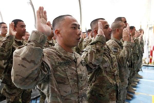 美國國防部正在修改恢復「攸關國家利益之入伍計劃」(MAVNI,俗稱「緊缺人才徵兵計劃」),以利擔任醫生、護士及外語翻譯的外籍新兵,快速取得美國公民身份。圖為2012年11月宣誓入籍的外籍士兵。(美國國務院)