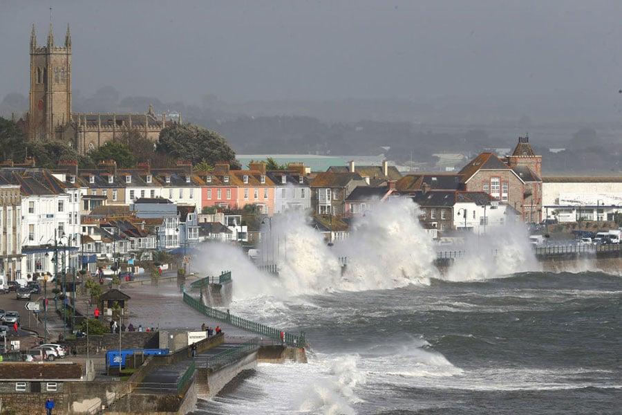 當地時間周一(10月16日)上午,在北大西洋生成的三級颶風「奧菲利亞」(Ophelia)撲向英國和愛爾蘭。(Matt Cardy/Getty Images)