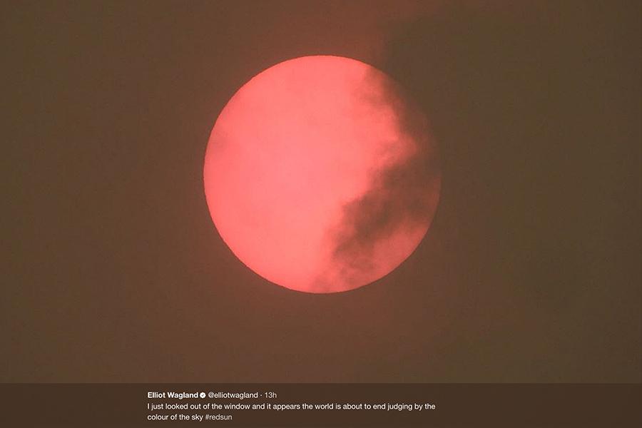 隨著奧菲利亞來臨,英國部份地區出現「黃色天空」,很多地方發現太陽變為紅色。圖為英國倫敦在16日出現的紅太陽。(twitter.com/elliotwagland)