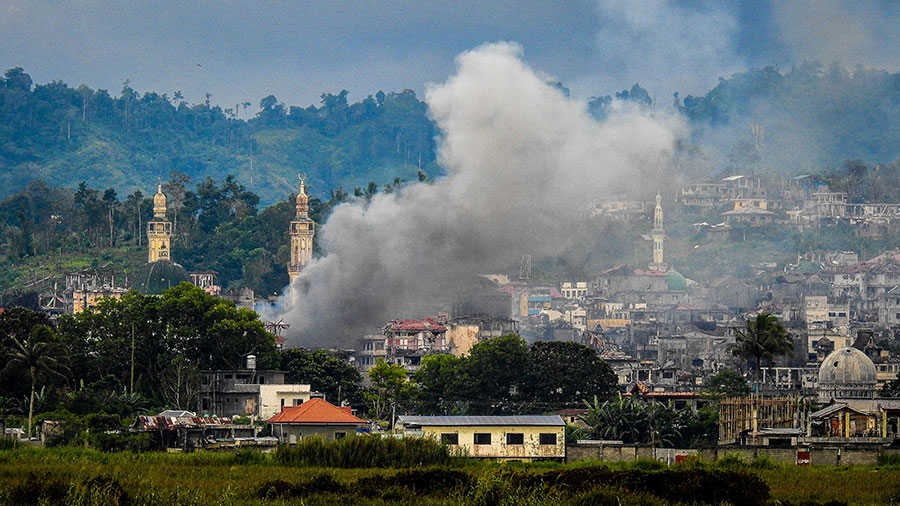 10月16日,菲律賓國防部長Delfin Lorenzana表示,兩名關鍵的東南亞IS頭目被該國軍隊擊斃。圖為馬拉維市上的硝煙。(FERDINANDH CABRERA/AFP/Getty Images)