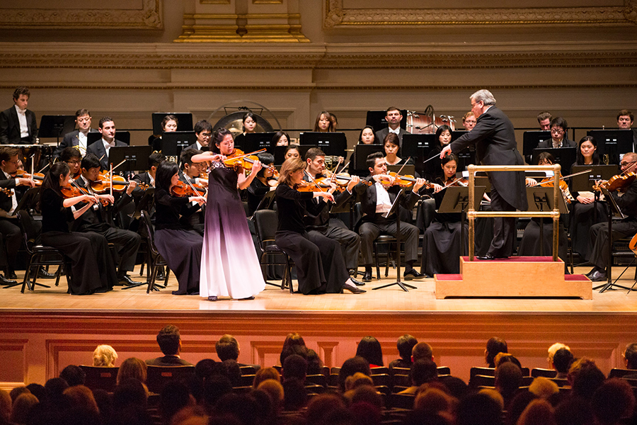 10月15日下午,神韻交響樂團2017巡演來到紐約卡內基大廳(Carnegie Hall)隆重上演。圖為小提琴演奏家鄭媛慧在演奏。(戴兵/大紀元)