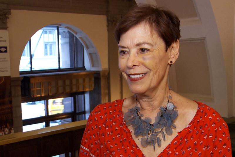旅行和飲食作家Joanna Pruess非常喜歡神韻音樂中中西方樂器合璧的配器方法,她說聽到熟悉的西方樂音穿插在樂曲中,興趣盎然。(新唐人電視台)