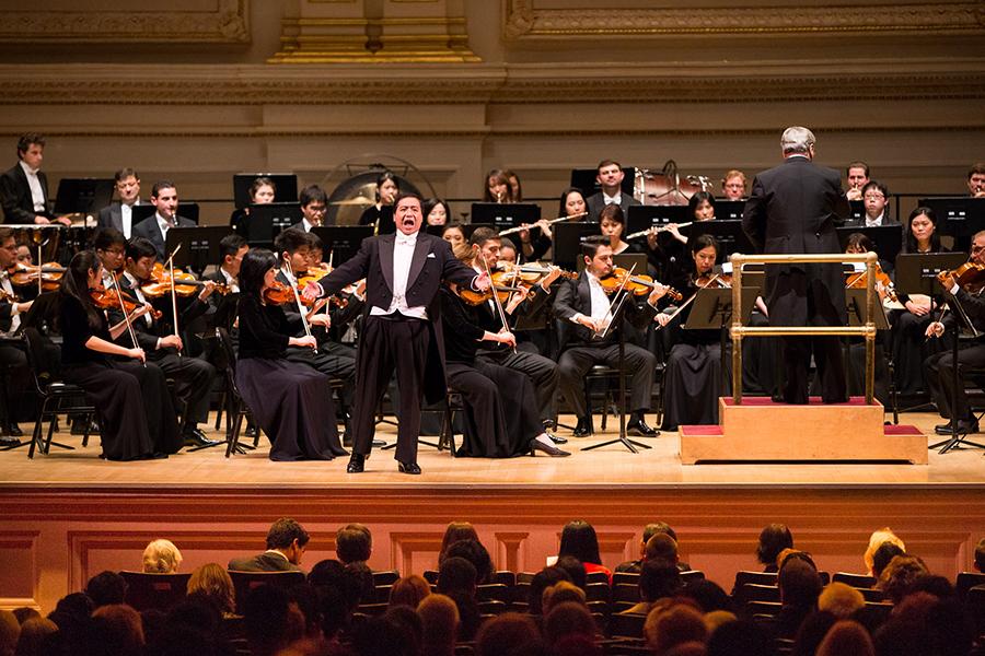 10月15日下午,神韻交響樂團2017巡演來到紐約卡內基大廳(Carnegie Hall)隆重上演。圖為男高音歌唱家天歌在演唱。(戴兵/大紀元)