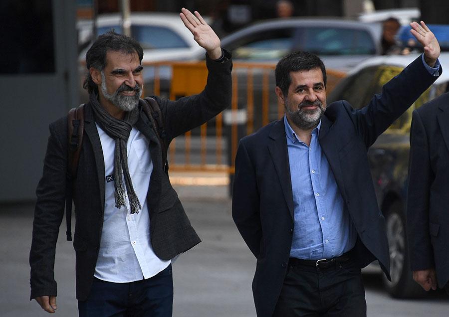 10月16日,庫伊薩特(Jordi Cuixart)與桑傑士(Jordi Sanchez)到馬德里法庭出席聆訊,2人被控煽動叛亂罪名即時關押。(GABRIEL BOUYS/AFP/Getty Images)