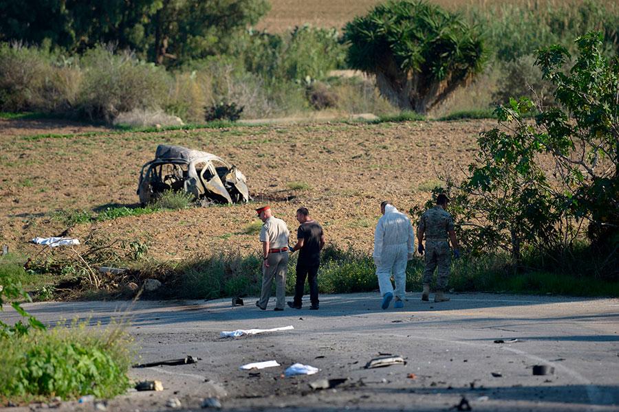 馬耳他著名女記者加莉西亞(Daphne Caruana Galizia)周一(16日)下午駕車離開住所後不久,被汽車炸彈炸死。圖為爆炸現場。(STR/AFP/Getty Images)